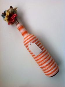 garrafa com flor de tecido